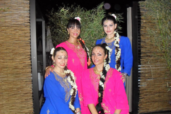 Compagnie Roses des Sables - soiree a theme-- bollywood fever - accueil 2